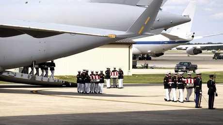 أرشيف - جثامين السفير الأمريكي في ليبيا وثلاثة أمريكيين آخرين قتلوا في هجوم بنغازي، في قاعدة أندروز الجوية بالقرب من واشنطن، 14 سبتمبر 2012