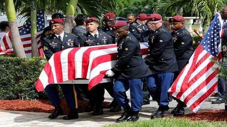 جنود أمريكيون يحملون جثمان أحد الجنود الأربعة الذين قتلوا في النيجر، في هوليوود، فلوريدا، 21 أكتوبر 2017
