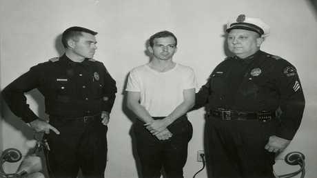 أرشيف - لي هارفي اوزوالد، المتهم باغتيال الرئيس الأمريكي السابق جون كينيدي،  22 نوفمبر 1963
