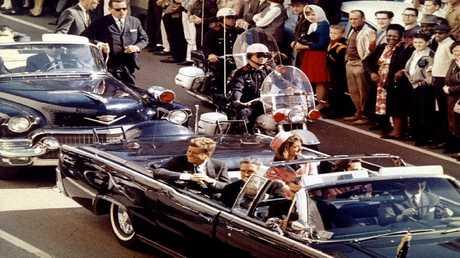 أرشيف - جون كينيدي وزوجته جاكلين وحاكم ولاية تكساس جون كونالي، قبل لحظات من عملية الاغتيال، دالاس، تكساس 22 نوفمبر 1963