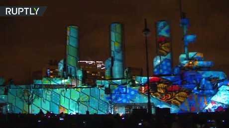 مهرجان الضوء يرسم لوحات فنية على طراد