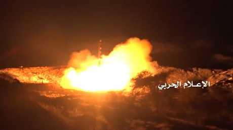 لحظة إطلاق الحوثيين صاروخا باليستيا على الرياض