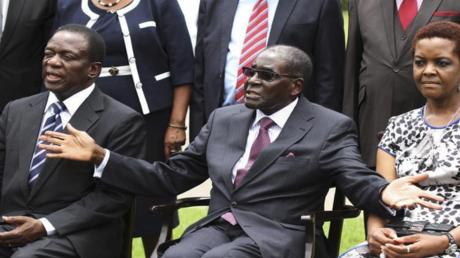 موغابي (في المنتصف) وزوجته غريس ونائبه منانغاغوا