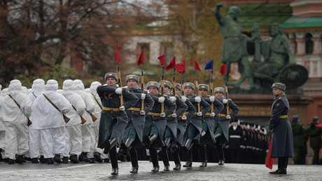 أرشيف - استعراض عسكري في الساحة الحمراء في موسكو