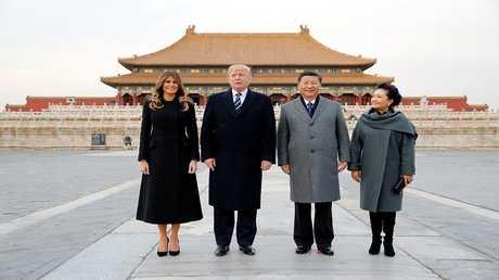 ترامب وزوجته ميلانيا مع الرئيس الصيني شي جين بينغ وزوجته في بكين، الصين، 8 نوفمبر 2017