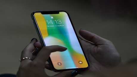 """iPhone X"" يباع بضعفي كلفته"