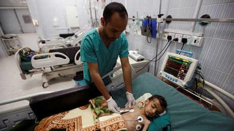 صورة من الأرشيف لطفل يمني عايش الجوع، نتيجة  منع التحالف العربي من وصول السفن التي تنقل مساعدات انسانية إلى موانئ اليمن (27/09/2016)