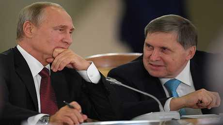 الرئيس فلاديمير بوتين مع مساعده يوري أوشاكوف