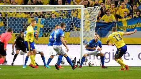 لقطة هدف السويد في مرمى إيطاليا في لقاء الذهاب