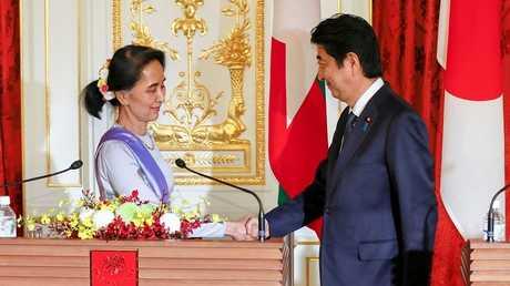 رئيس وزراء اليابان شينزو آبي ورئيسة ميانمار أونغ سان سو كي