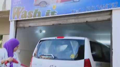 مصر..فتاتان تعملان في مهنة غسيل السيارات