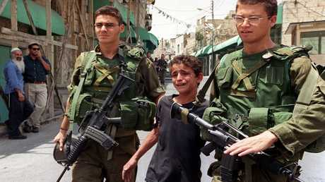جنود إسرائيليون يعتقلون طفلا فلسطينيا - أرشيف
