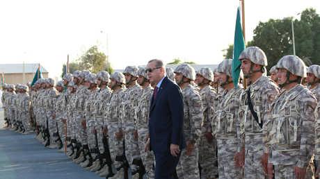 أردوغان في القاعدة التركية بقطر