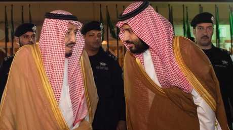 ولي العهد السعودي، الأمير محمد بن سلمان، إلى جانب والده، العاهل السعودي، سلمان بن عبد العزيز.