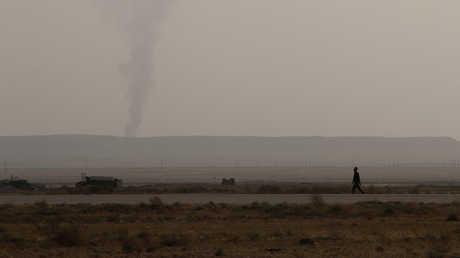 دخان يتصاعد في منطقة اشتباكات مسلحة في دير الزور السورية