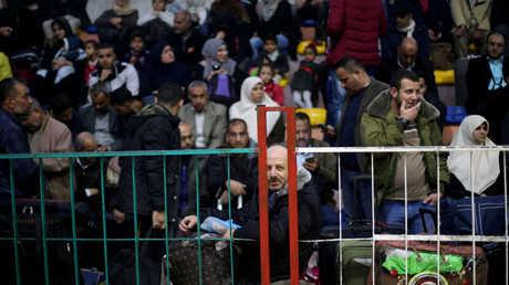 فلسطينيون من سكان قطاع غزة بانتظار السماح لهم بدخول أراضي مصر عبر معبر رفح