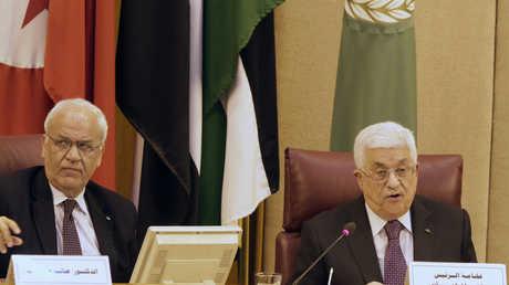 الرئيس الفلسطيني محمود عباس وأمين سر اللجنة التنفيذية لمنظمة التحرير الفلسطينية صائب عريقات
