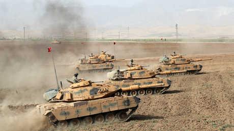 دبابات تركية تشارك في تدريبات عسكرية على الحدود بين تركيا والعراق
