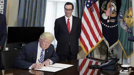 الرئيس الأمريكية دونالد ترامب ووزير الخزانة الأمريكي ستيفن منوتشين
