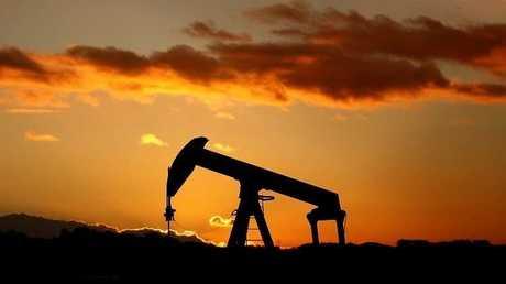 النفط يرتفع مع هبوط الدولار