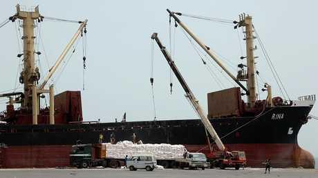 نقل المساعدات إلى ميناء الحديدة (صورة من الأرشيف)
