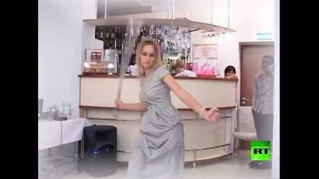 فتاة روسية ترقص بسيف