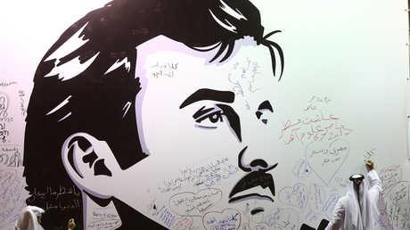 قطريون يكتبون تعليقات على جداء يحتوي على صورة أمير قطر، تميم بن حمد آل ثاني.