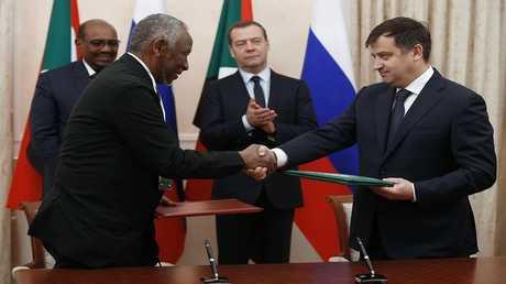 توقيع اتفاقيات مشتركة بحضور رئيس الوزراء الروسي، ديمتري مدفيديف، والرئيس السوداني عمر بشير