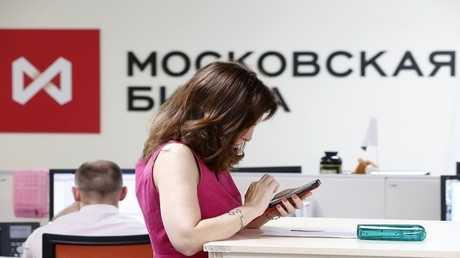 الروبل يعزز مواقعه أمام الدولار مع تراجع مؤشرات بورصة موسكو