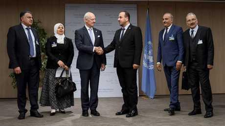 المبعوث الأممي إلى سوريا ستيفان دي ميستورا مع أعضاء في وفد المعارضة السورية قبيل انطلاق جنيف-8