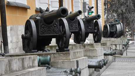 مدافع قديمة قرب مبنى الترسانة في الكرملين