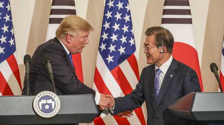 الرئيس الأمريكي، دونالد ترامب، ونظيره الكوري الجنوبي، مون جيه إين