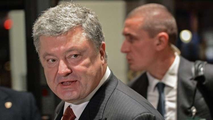 ماذا يحمل الرئيس الأوكراني بشكل دائم تحت معطفه؟ (صورة)