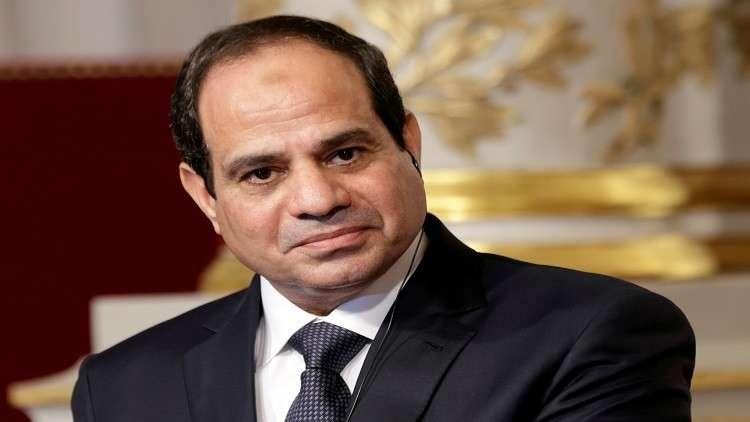 السيسي يتسلم أول هاتف محمول صنع في مصر