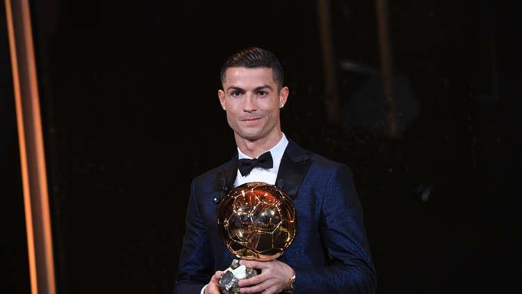كريستيانو رونالدو يحرز الكرة الذهبية للمرة الخامسة ويعادل رقم ميسي