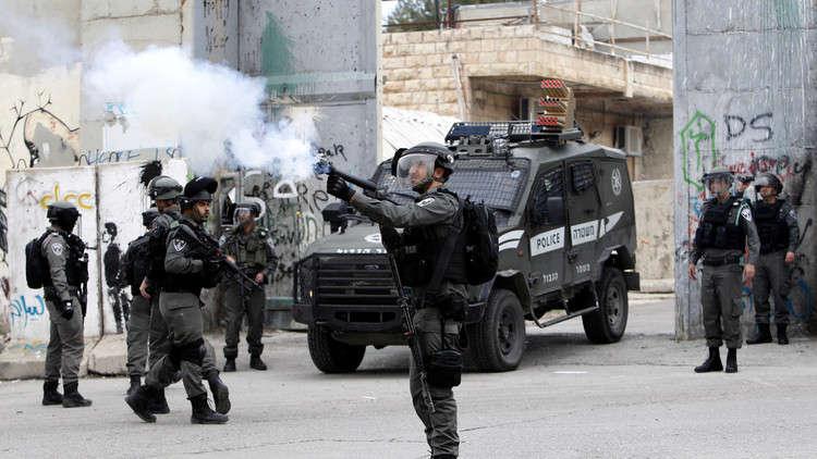 جنود إسرائيليون يسرقون فاكهة بائع فلسطيني!