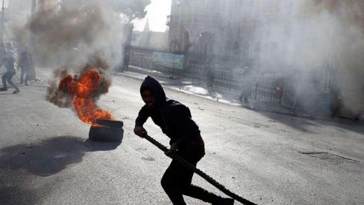 مواجهات عنيفة عند مدخل رام الله بين المواطنين الفلسطينيين والجيش الإسرائيلي