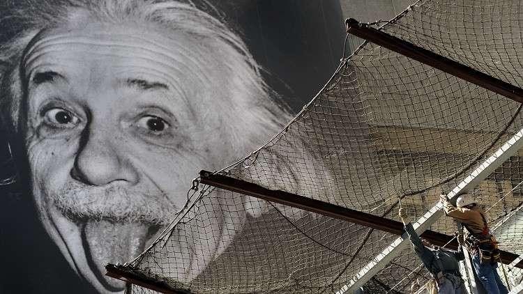 أينشتاين يشرح بطريقة مبسطة مفهوم الزمن في نظرية النسبية!