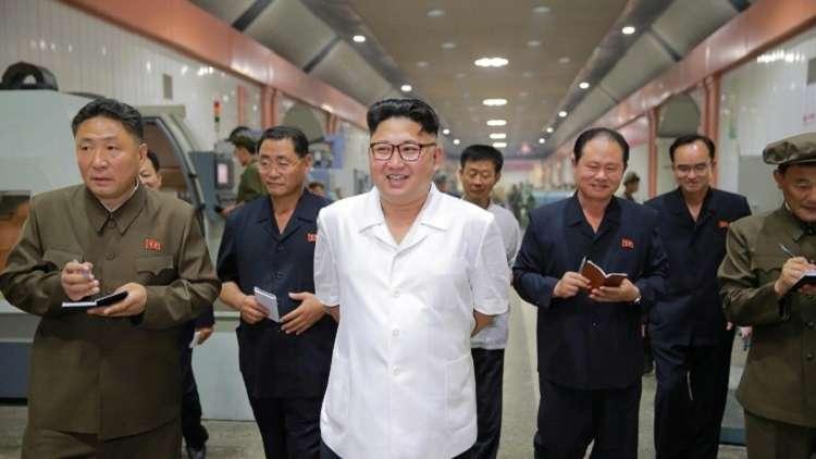 كيم يقلد علماء الصواريخ أوسمة ويعد بالمزيد