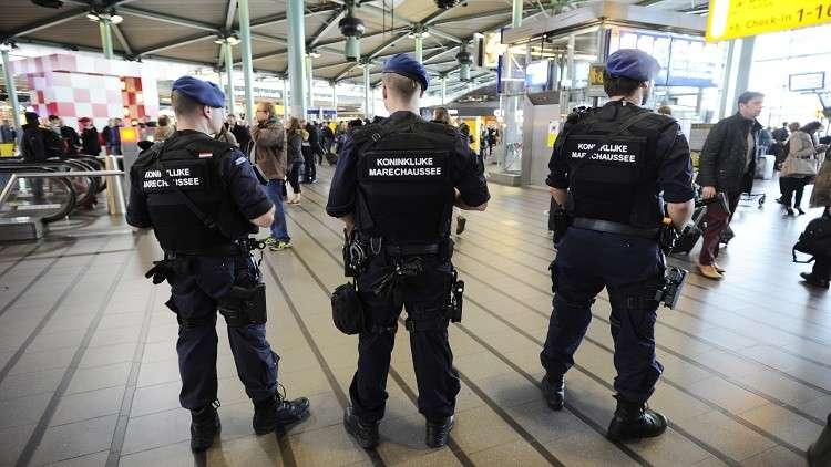 الشرطة تطلق النار على رجل مسلح بسكين في مطار أمستردام (فيديو)