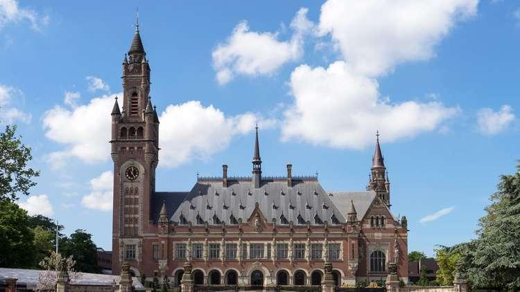 قضاة محكمة لاهاي لا يريدون التخلي عن مكاسبهم