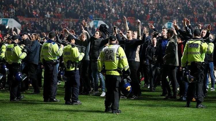 شاهد.. جماهير بريستول تجتاح أرضية الملعب بعد إقصاء مانشستر يونايتد من كأس الرابطة