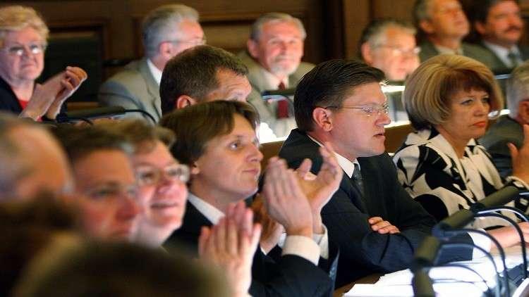 برلمان لاتفيا يساوي بين الجيشين النازي والأحمر