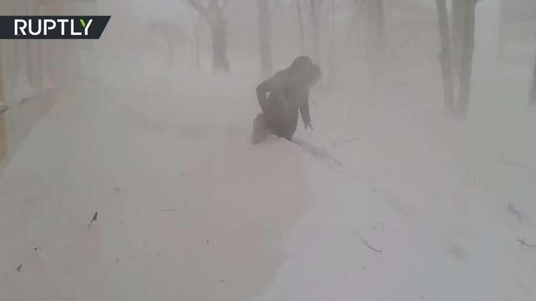 امرأة شجاعة تمر عبر الثلوج في جزيرة ساخالين!
