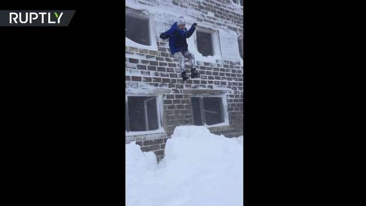 سكان ساخالين يقفزون من النوافذ إلى الثلج!