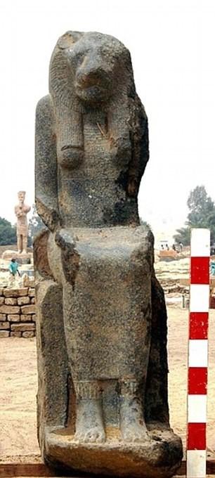 اكتشاف عشرات التماثيل لـ