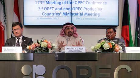 """النفط يصعد بعد تمديد روسيا و""""أوبك"""" تخفيضات الإنتاج"""