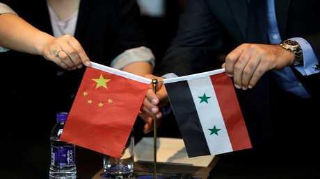 العلمان السوري والصيني خلال اجتماع لمناقشة مشاريع إعادة الإعمار في سوريا، بكين، الصين 8 مايو 2017