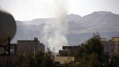 دخان يتصاعد من موقع مواجهات مسلحة بين قوات صالح والحوثيين في صنعاء