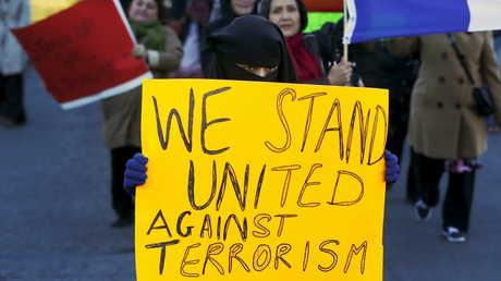 امرأة محجبة تشارك في مسيرة تندد بحالات الكراهية ضد المسلمين (مدينة تورونتو، أرشيف)